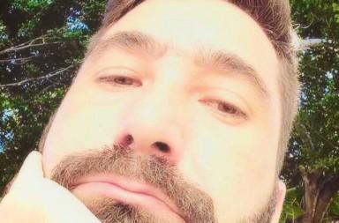 Felipe Escobar, 31 anos; Analista de Sistemas na Universidade Federal da Bahia;  Agente do pertencimento junto a várias ONGs de Salvador; Perpétuo amador em contínuo aprendizado. Escritor e poeta para o Poesfera Caçador / realizador de sonhos na onda infinita.