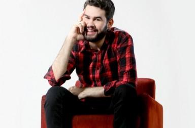 """Matheus Rocha é baiano, autor do blog Neologismo e de textos carregados de emoção escritos para plataformas; jornalista é conhecido como """"terapeuta das redes sociais"""". Com mais de 600 mil seguidores em suas redes sociais, laçou seu primeiro livro intitulado: """"No Meio do Caminho Tinha um Amor"""""""
