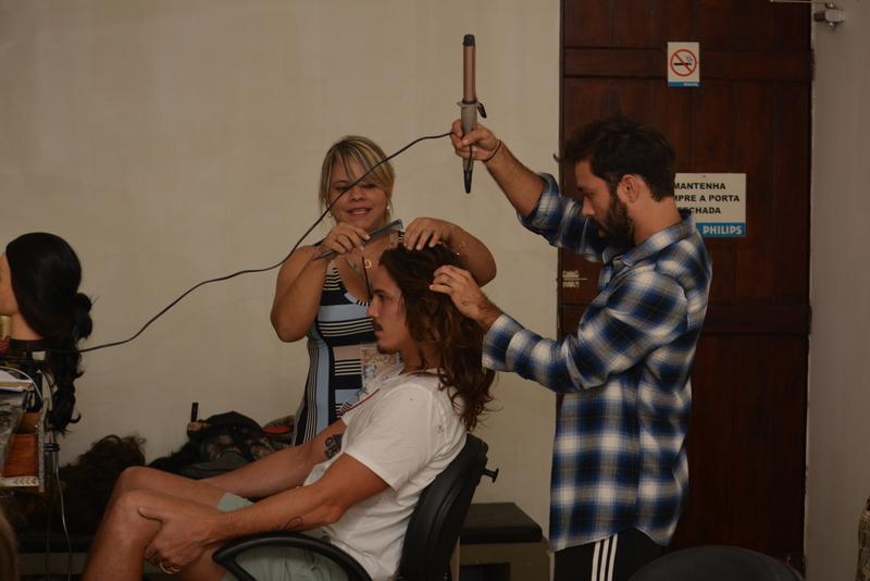 O ator preparando o cabelo para o personagem mais importante da sua vida