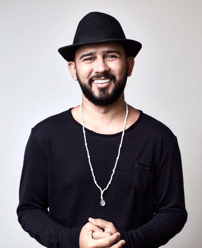 SOBRE O AUTOR: Bráulio Bessa Uchoa é um poeta de literatura de cordel, declamador e palestrante brasileiro. Nascido em Alto Santo, no Vale do Jaguaribe, Ceará, ficou famoso após apostar na internet para resgatar a tradicional literatura de cordel.